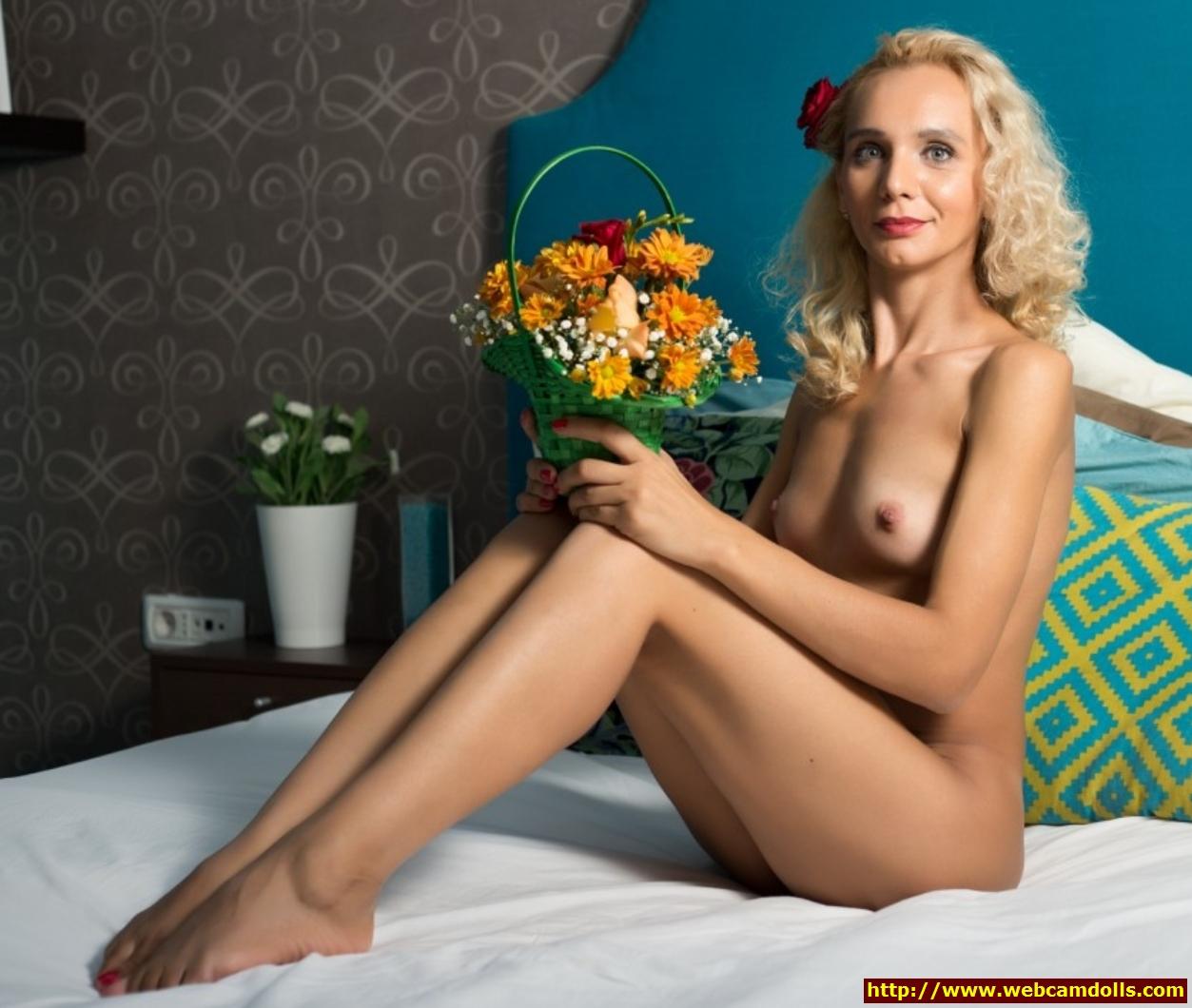blonde milf nude in her bed on webcamdolls