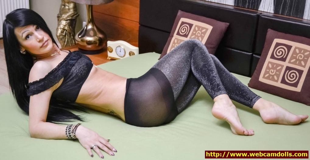 milf in shiny opaque leggings and black brassiere on webcamdolls